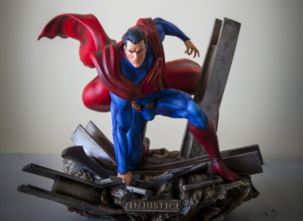 Escultura de Superman pintada